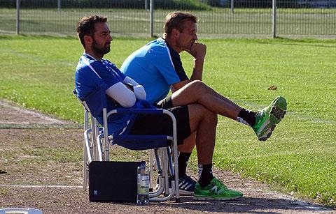 Coach Bergner und sein Co. Ristic beobachten ihre Schützlinge im Test gegen Zehdenick