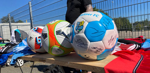 Auch Fussbälle mit den Autogrammen von CFC-Spielern konnte man auf dem Flohmarkt erwerben
